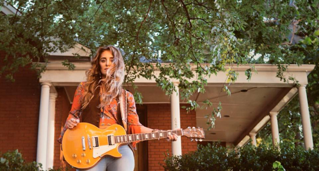 Singer-sngwriter Lainey Wilson recently signed with Broken Bow Records.